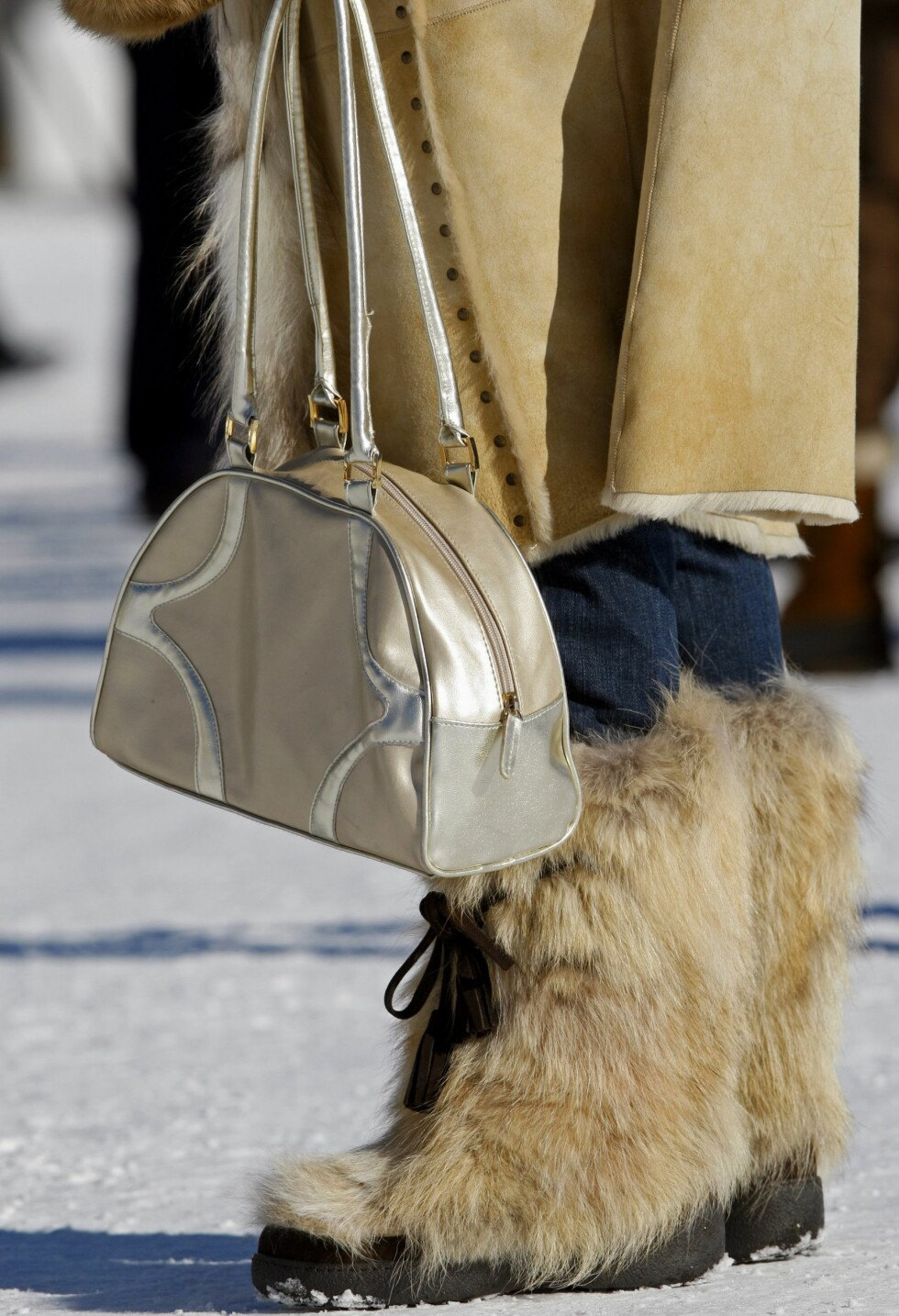 Lys og lodden pels på skoene.  Foto: All Over Press
