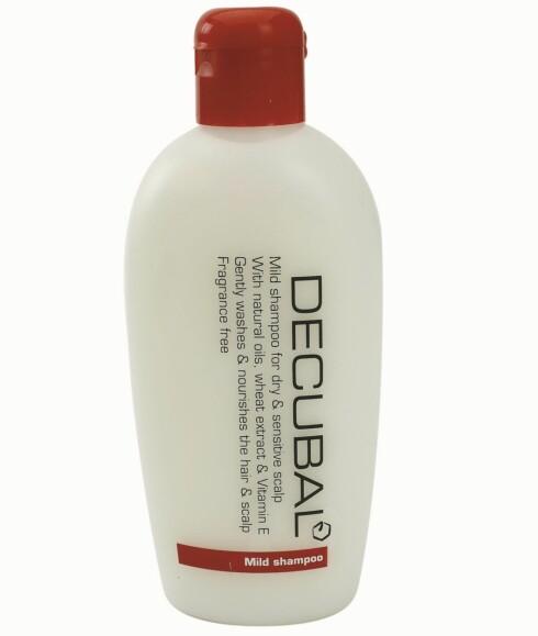 Decubal Mild shampoo skal rense og pleie tørr og sensitiv hodebunn på skånsomt vis (kr 80).