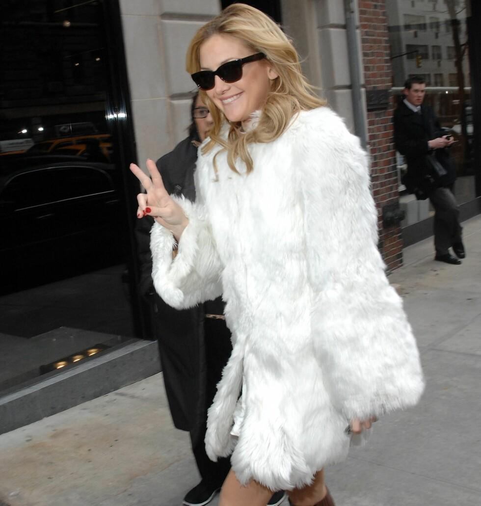 Hvit pels er en av vinterens trendvinnere. Skuespiller Kate Hudson tar tommelen opp på vei til visningen av Dolce & Gabbanas vinterkolleksjon.
