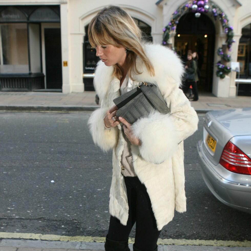 Supermodell Kate Moss har byttet ut vintagepelsen sin i leopard med en hvit og lodden en.
