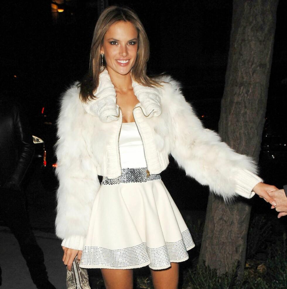 Supermodell Alessandra Ambrosio i en superkort variant.