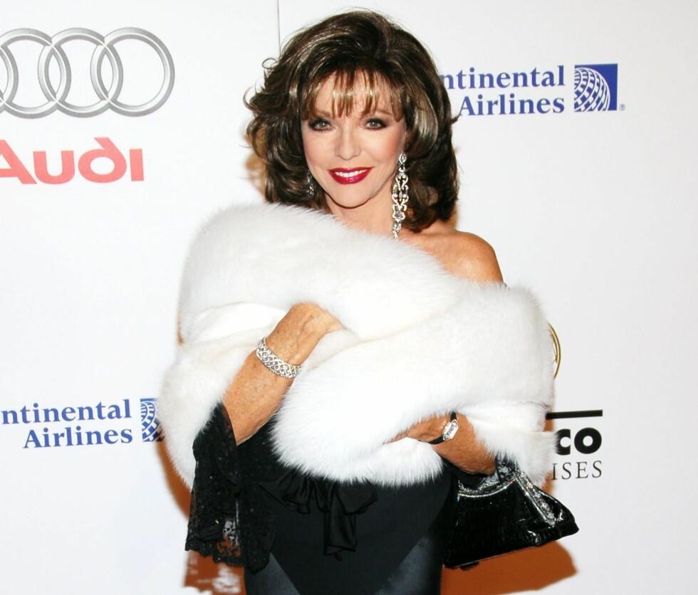 Skuespiller Joan Collins topper kjolen med en silkemyk og hvit pelsboa.