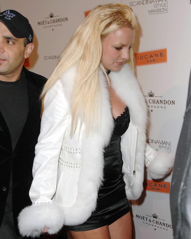 Popstjernen Britney Spears med pels på kragen og ermene.