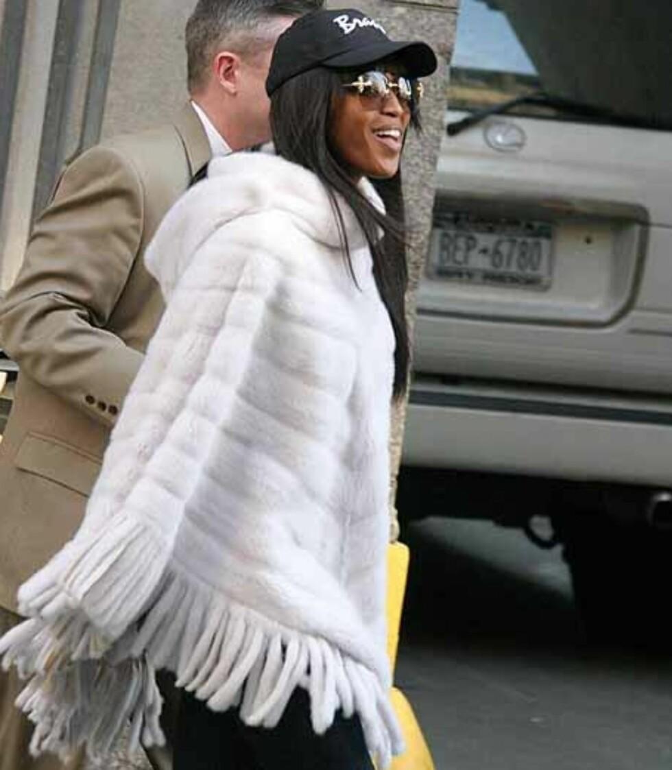 Supermodell Naomi Campbell tar en original vri med denne pelsponchoen.