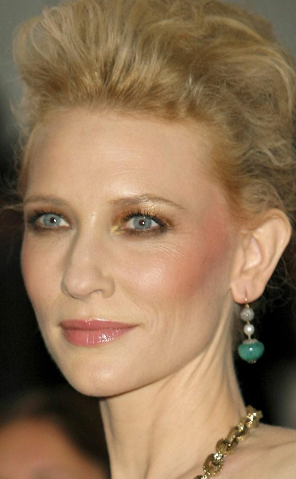 Den vanligvis så stilsikre skuespilleren  Cate Blanchett synes det er supert med gulgrønn øyeskygge. Eller har hun blitt angrepet av gulsott? Vi er ikke helt sikre.
