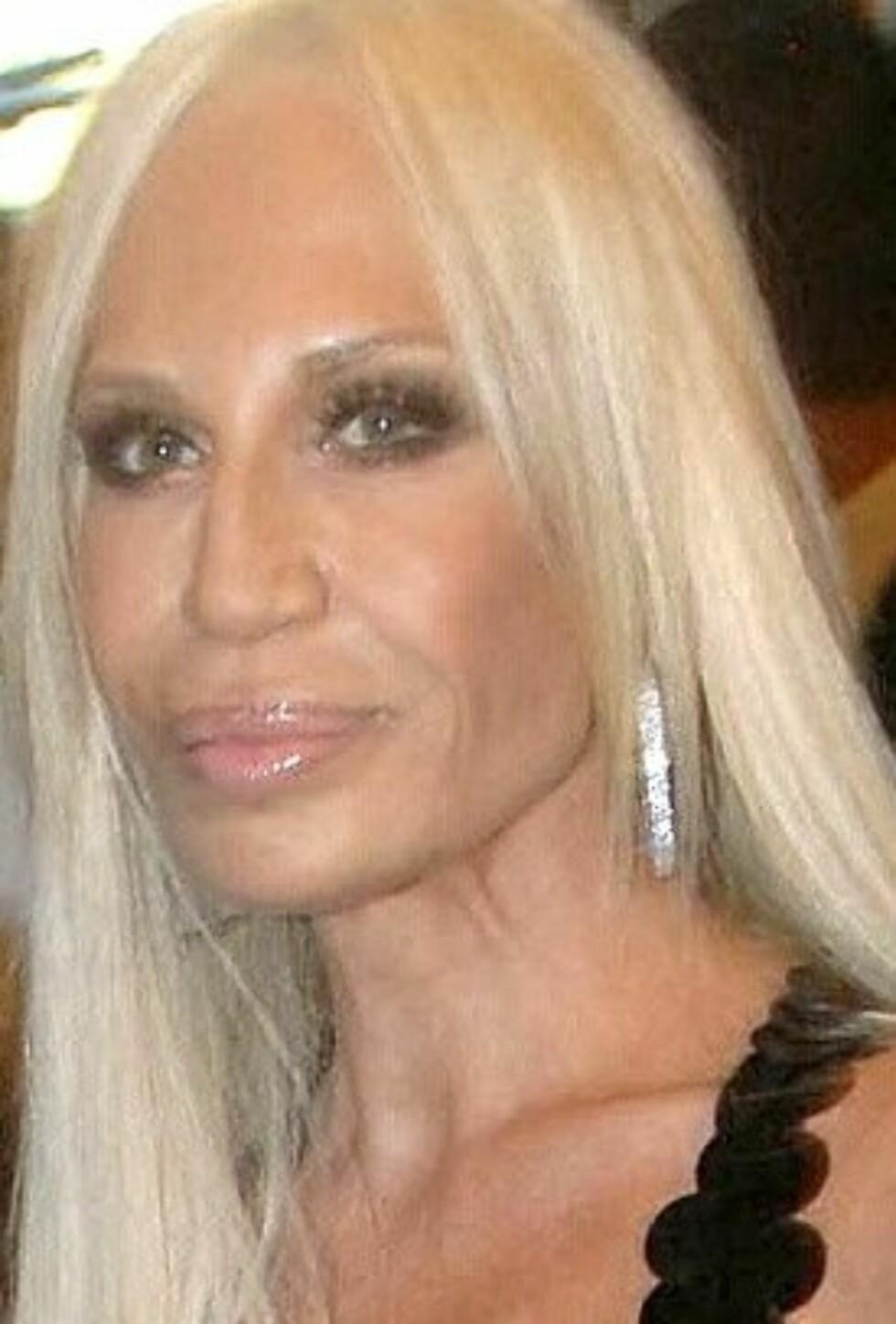 Donatella Versace vet å understreke sin «helt naturlige» skjønnhet med riktig make up.