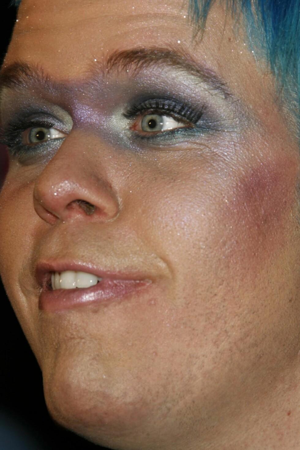 Metallisk sminke er trendy, har kjendisbloggeren Perez Hilton plukket opp. Særlig mellom øynene, og særlig på menn.