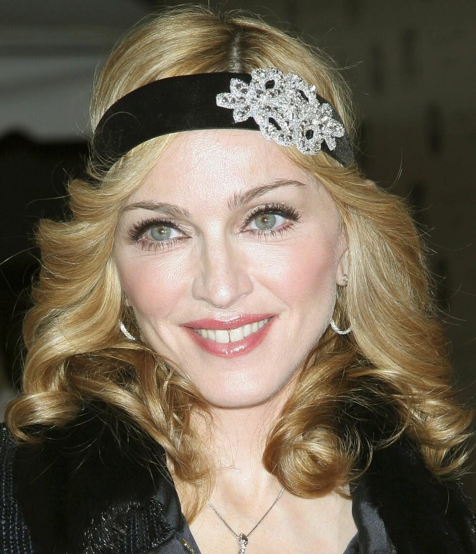 Madonna ankom premieren på sin egen dokumentar «I'm Going to Tell You A Secret» iført hodebånd med brosje. New York, 2005.