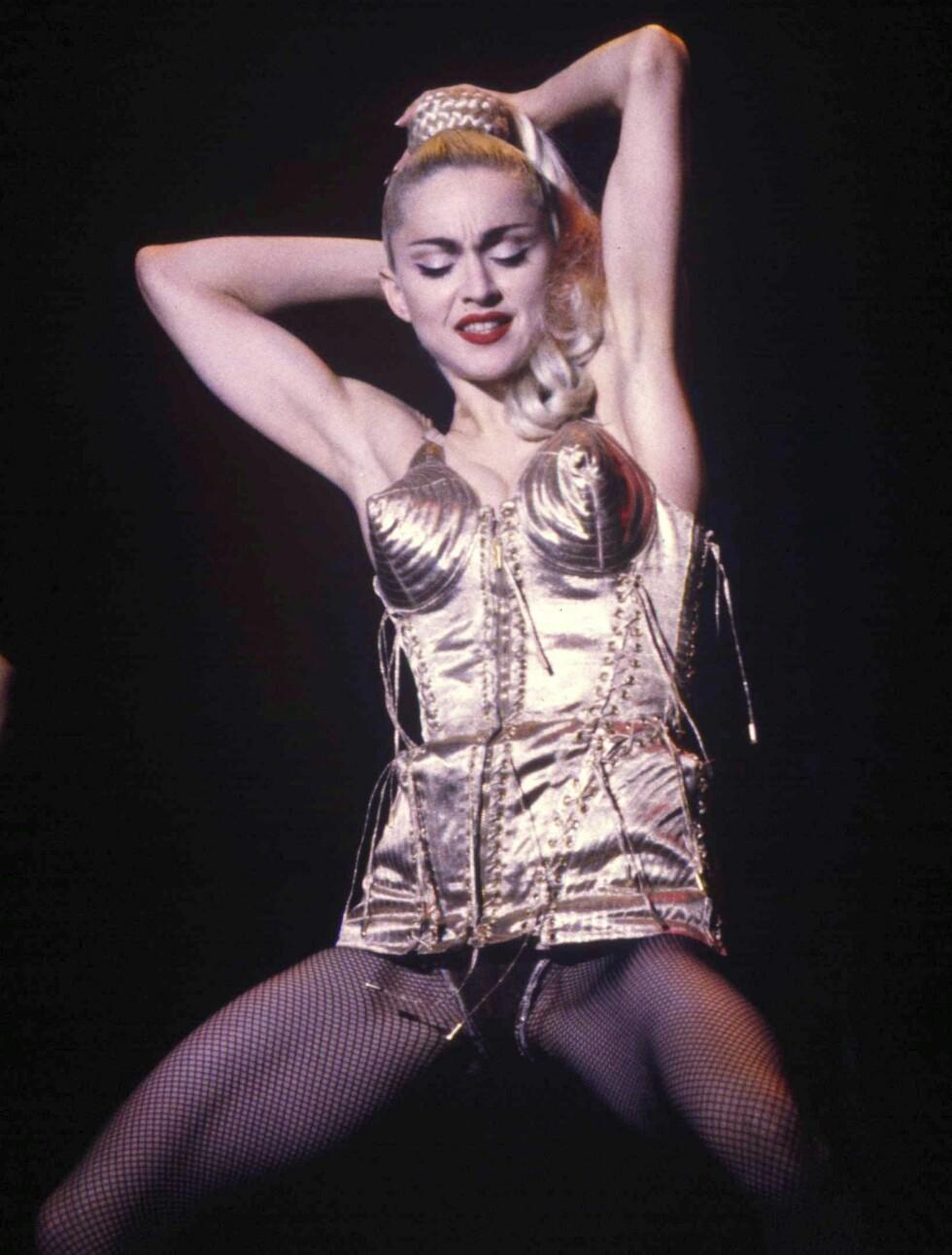 Madonna turnerte verden rundt i 1990 med sin «Blond Ambition World Tour». Her fikk fansen høre hits som «Like a Virgin», «Papa Don't Preach» og «Vogue».