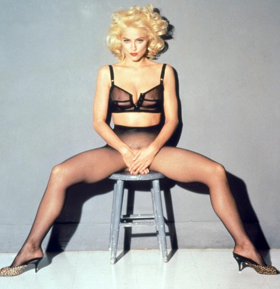 Madonna poserer for filmplakaten til dokumentaren «In Bed with Madonna» fra 1991. Filmen ble en kommersiell suksess.