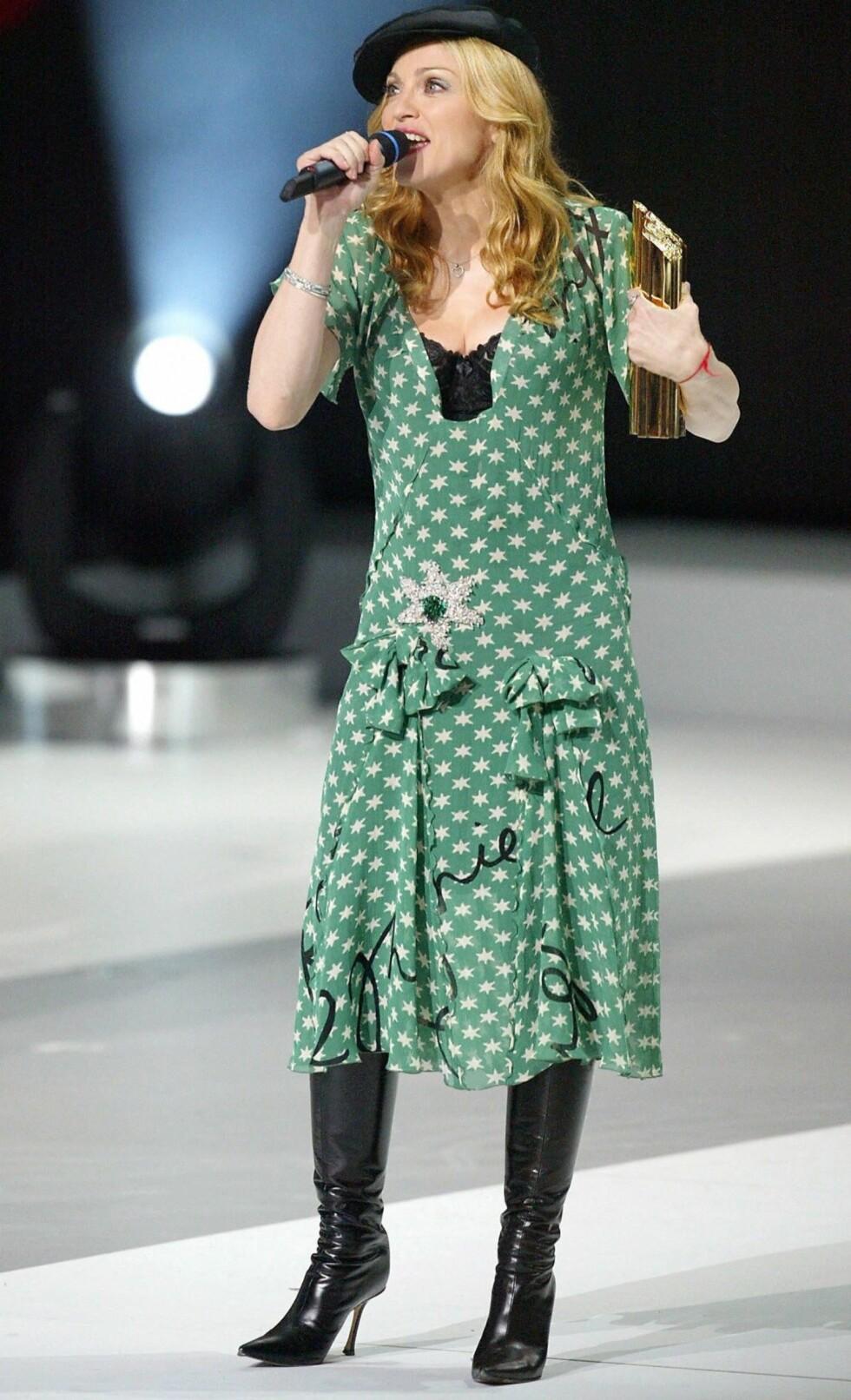 Madonna i dydig pariser-stil under NRJ Music Awards i Frankrike.