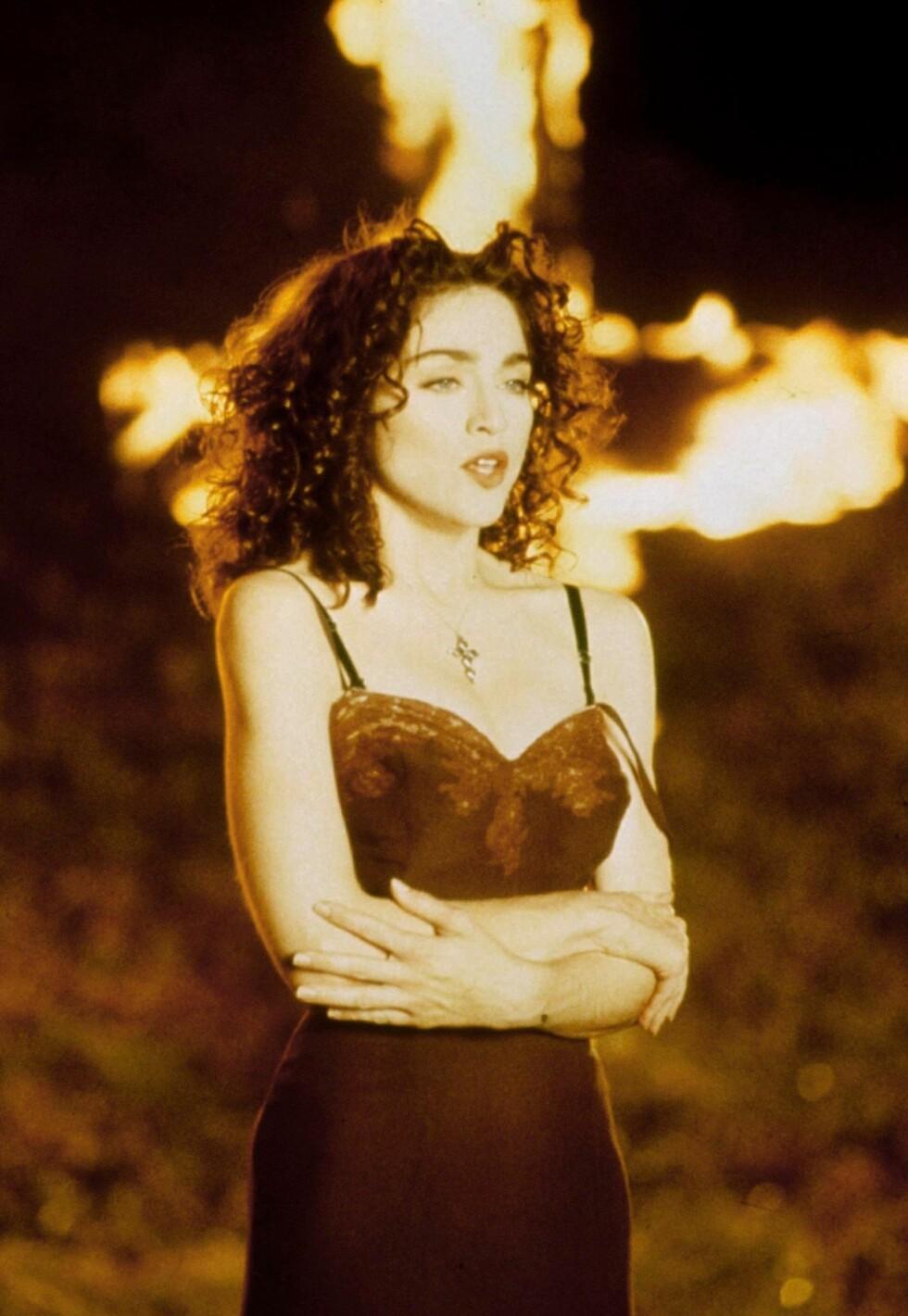 Madonna stilte med mørkt hår i den kontrovesielle musikkvideoen «Like a Prayer» fra 1989.