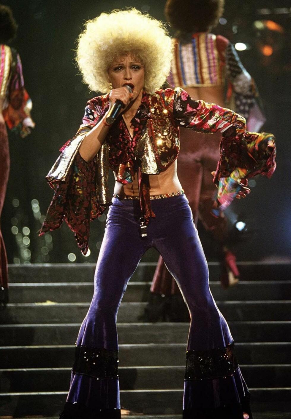 Madonna i slengbukser og afrofrisyre under «Girlie Show Tour» i 1993.