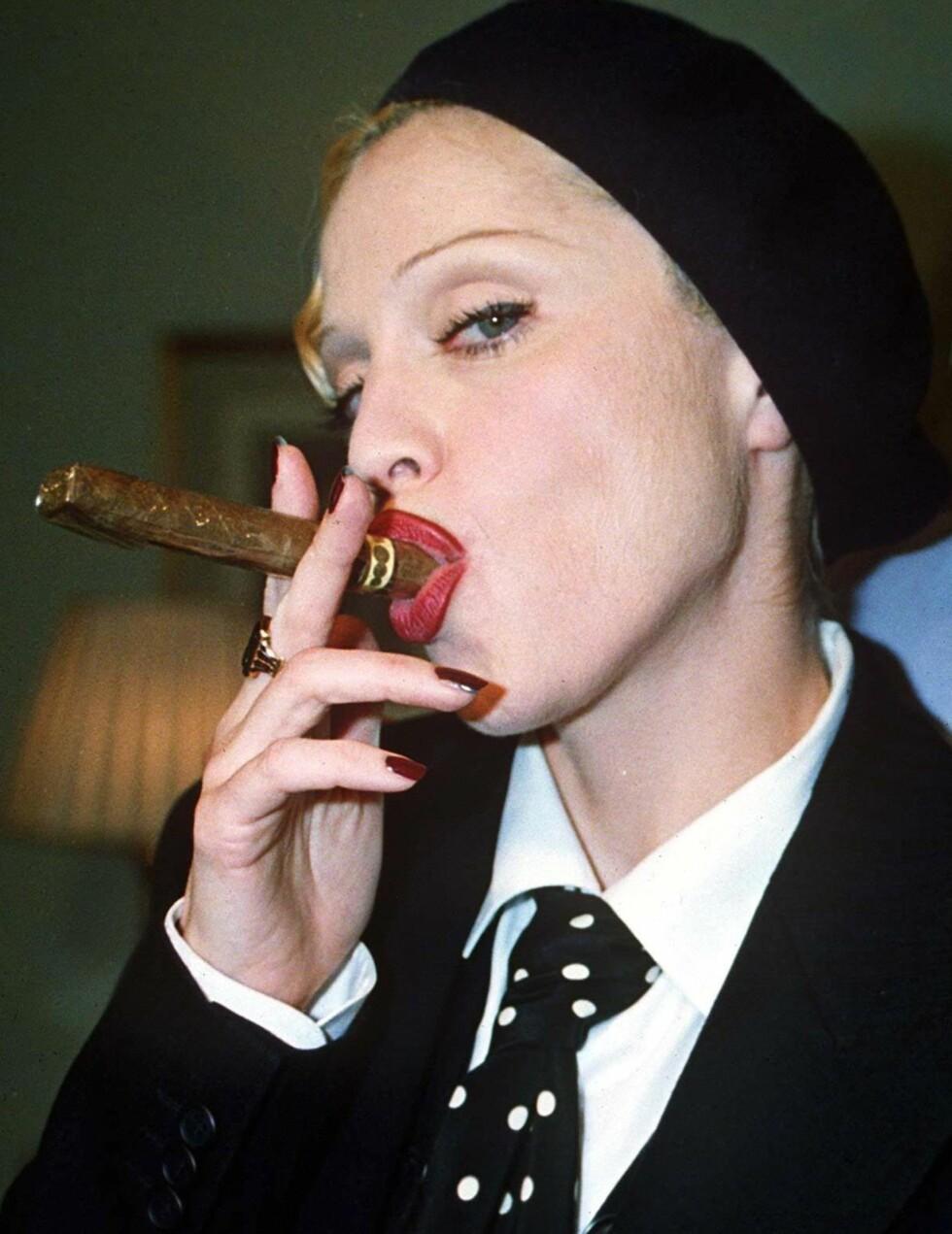Madonna poserer med sigar på Hyde Park Hotel i London, 1992.