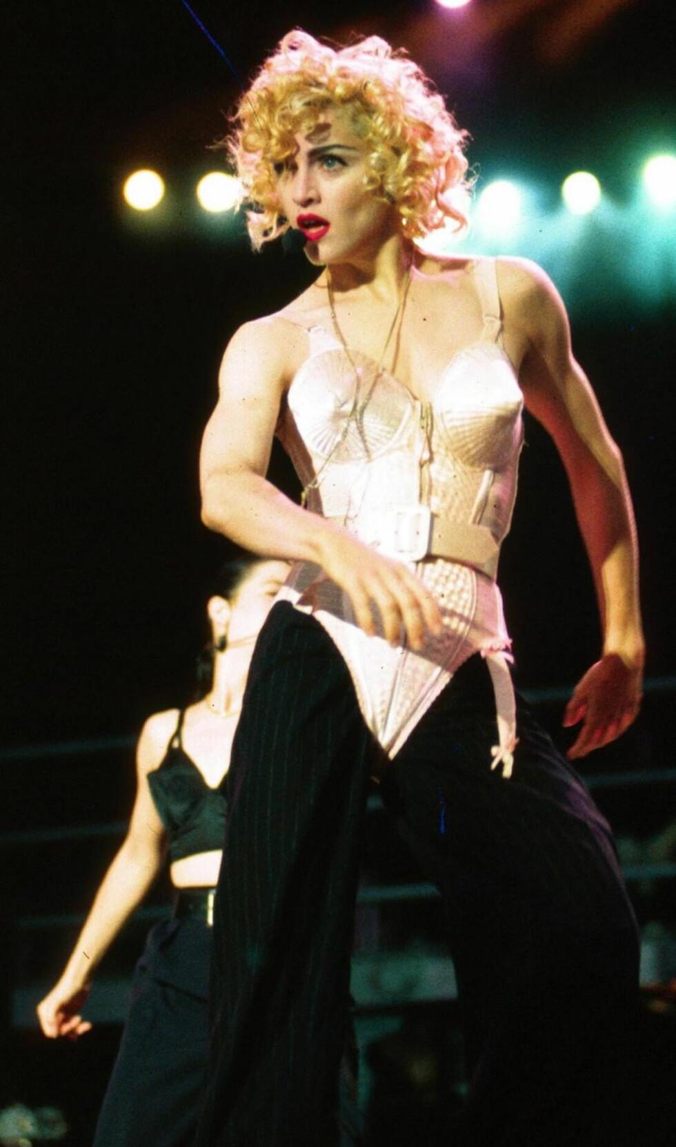 Korsettet Madonna bar under «Blond Ambition World Tour» er designet av Jean Paul Gaultier.