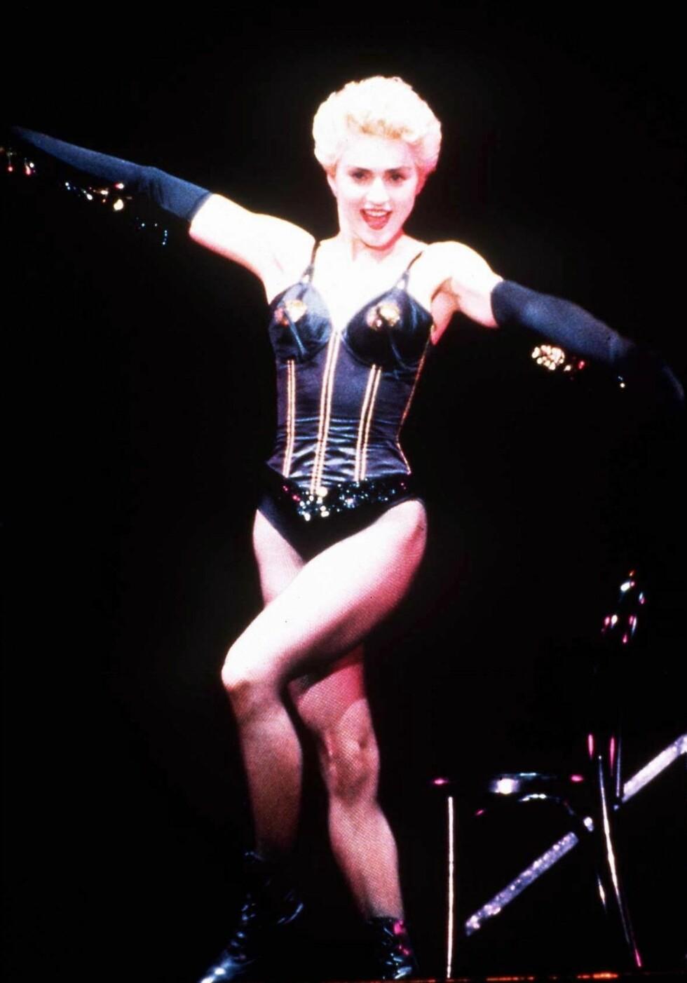 Madonna antrukket som cabaret-danserinne under en konsert i Japan i 1987.