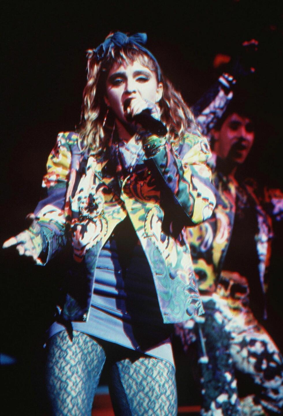 Who's that girl? Madonna i et overdådig, og helt tidriktig sceneantrekk fra tidlig 80-tall.