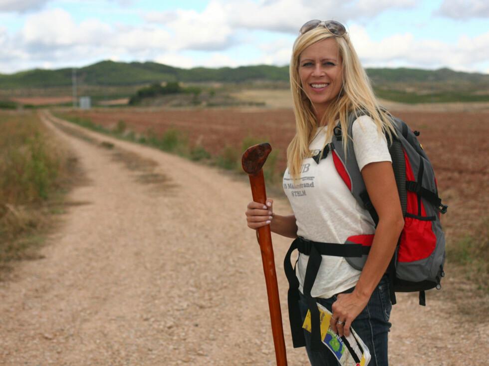 Programleder Monica Øien skal selge vandrestaven fra turen langs Kjærlighetens vei.Tv-programmet fra turen ble sendt på TV2 tidligere i vår.