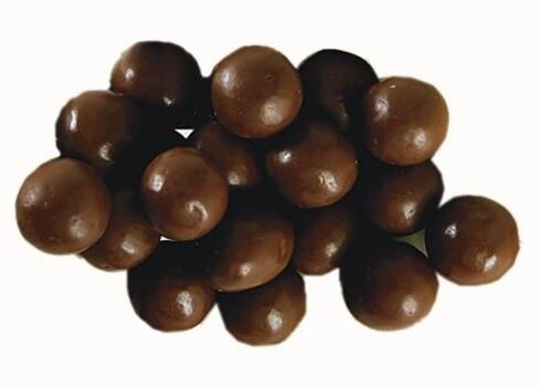 M - Freia1 håndfull tilsvarer 90 g og gir 459 kcal. Nøtter er da sunt? Jo da, men i passe mengder. Disse sjokoladetrukne peanøttene gir deg en god del kalorier og fett. En del av fettet, det som stammer fra peanøttene, er sunt. Noen hevder at et av fargestoffene som er brukt, briljantblå, kan være helseskadelig. Stoffet er tillatt brukt i Norge, og normalt inntak vil være trygt.