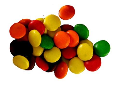 Non Stop - Freia1 håndfull tilsvarer 75 g og gir 352 kcal Under Non stops fargerike skall skjuler det seg en ganske enkel sjokolade med mye sukker og lavt proteininnhold. Noen av fargestoffene er naturlige, slik som kurkumin fra gurkemeie, mens andre er kunstige, slik som briljantblå. Selv om det ikke oppgis, er mye av fettet av det mettede og usunne slaget.