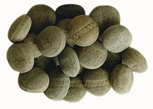 Dundersalt - Troll-gott 1 håndfull tilsvarer ca. 95 gram og gir 350 kcal. Her får du mange drops for kaloriene, og suger du på hver bit i stedet for å tygge, varer de også lenge. Ingredienslisten viser at de kruttsterke dropsene så å si bare består av sukker. Glukose er en av sukkervariantene i dundersalt, og det tas spesielt raskt opp i kroppen. Sortfargen kommer fra vegetabilsk karbon, det samme som vi finner i kulltablettene på apoteket.