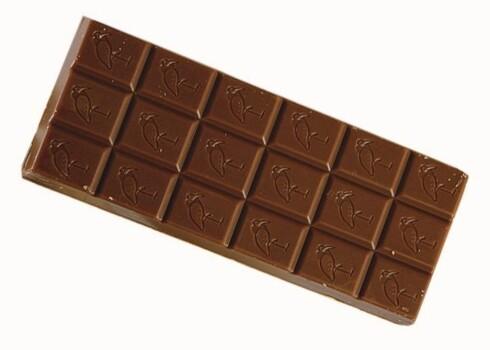 Melkesjokolade - Freia1 sjokolade (100 g) gir 550 kcal  Freia melkesjokolade inneholder mye fett, og to tredeler av dette fettet er mettet. Heldigvis er denne lekkerbiskenen lett å brekke opp og dele. Det er verre med andre sjokolader som ikke har ruter. Melkesjokoladen inneholder ingen «merkelige» tilsetningsstoffer. Melken og kakaoen gjør at du får litt kalsium og kostfiber, men ikke la det bli et alibi for å spise mer.