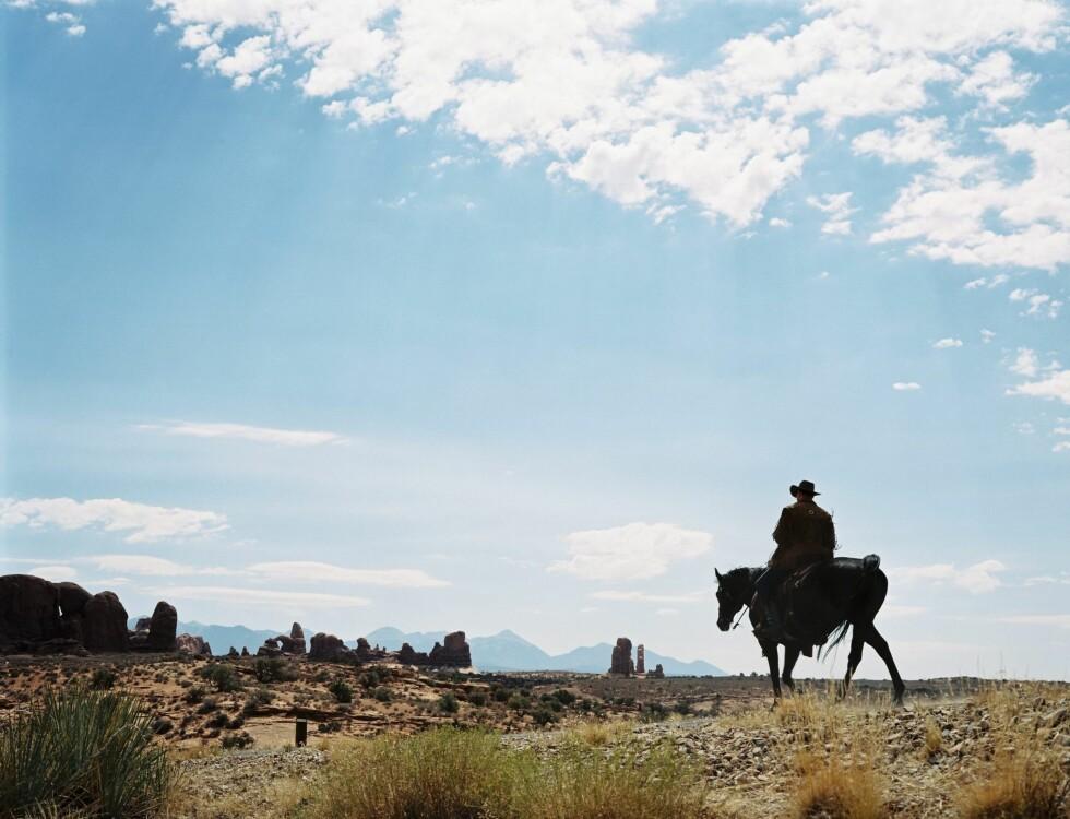 Lonesome cowboy stikker av fra alt, midt ute i ørkenen.