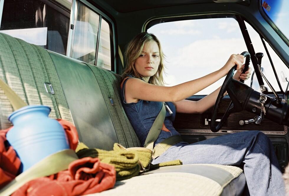 Sky (Sarah Polley) kjører USA rundt på jakt etter sin ukjente far. Ved sin side har hun urnen med asken fra sin avdøde mor.