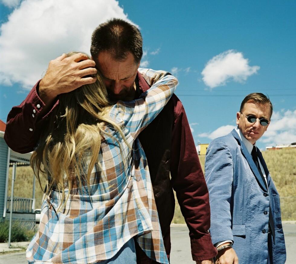 Når the lonesome cowboy-far omsider dukker opp, er han lenket fast med håndjern til privatdetektiven Sutter (Tim roth) fra filmselskapet.