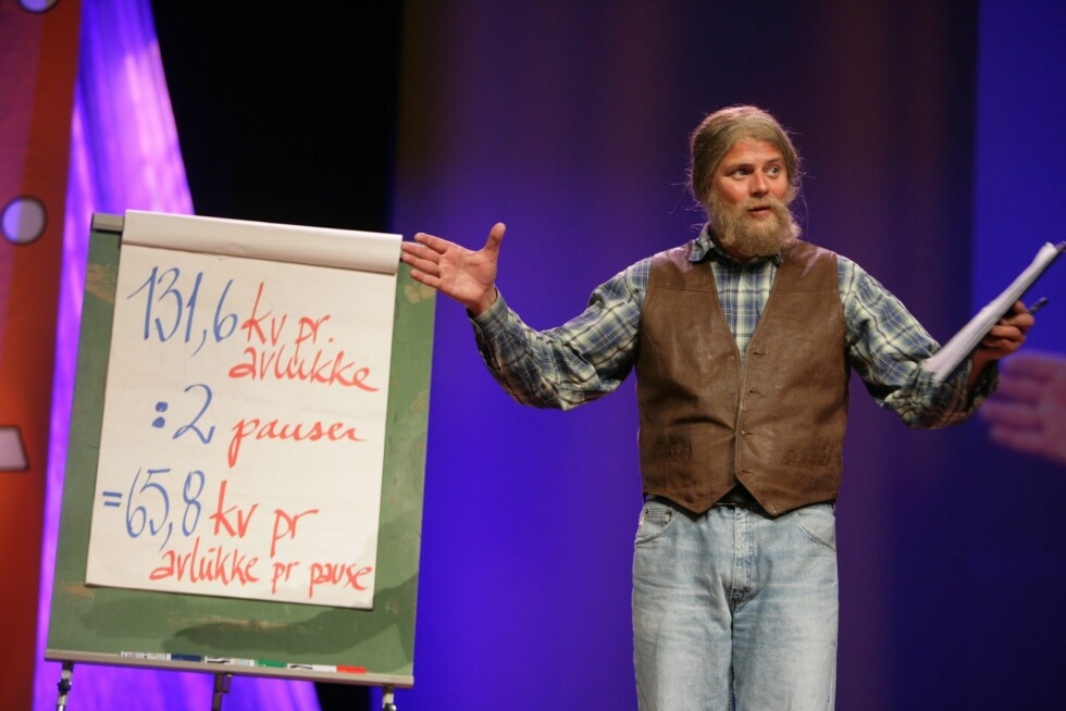 Dagens konferansier, komiker Robert Stoltenberg. Her i Narvestads skikkelse,  dukket vekselsvis opp som Piirka, Linda Johansen og flere av de andre karakterene fra NRK-serien Borettslaget.