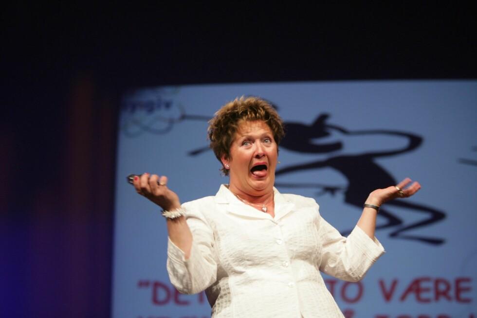Tankefeltterapeut Karin Fevaag Larsen fikk alle i salen til å ligge tvekroket i latter med sine betraktninger rundt fenomenet arbeidsglede.