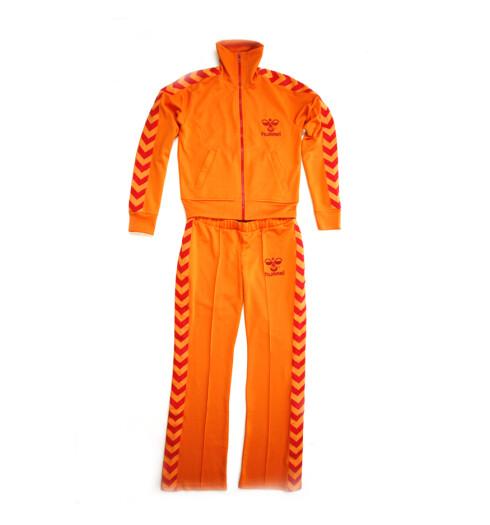 En 70-tallsinspirert trengingsdrakt gir deg stil, og bidrar kanskje til at du yter mer (kr 400 for jakken og kr 500 for buksen, Hummel).