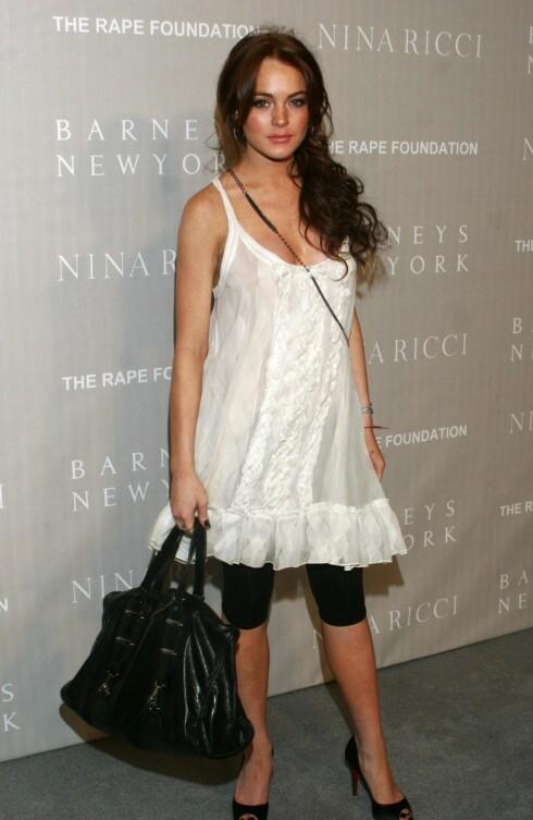 Stilikonet Lindsey Lohan i moteriktig svart og hvitt.