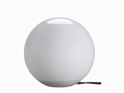 MånelystSkinnet fra lampen «Utilda» kan skifte farge. Diameter 22 cm, høyde 22 cm (kr 180, Ikea).