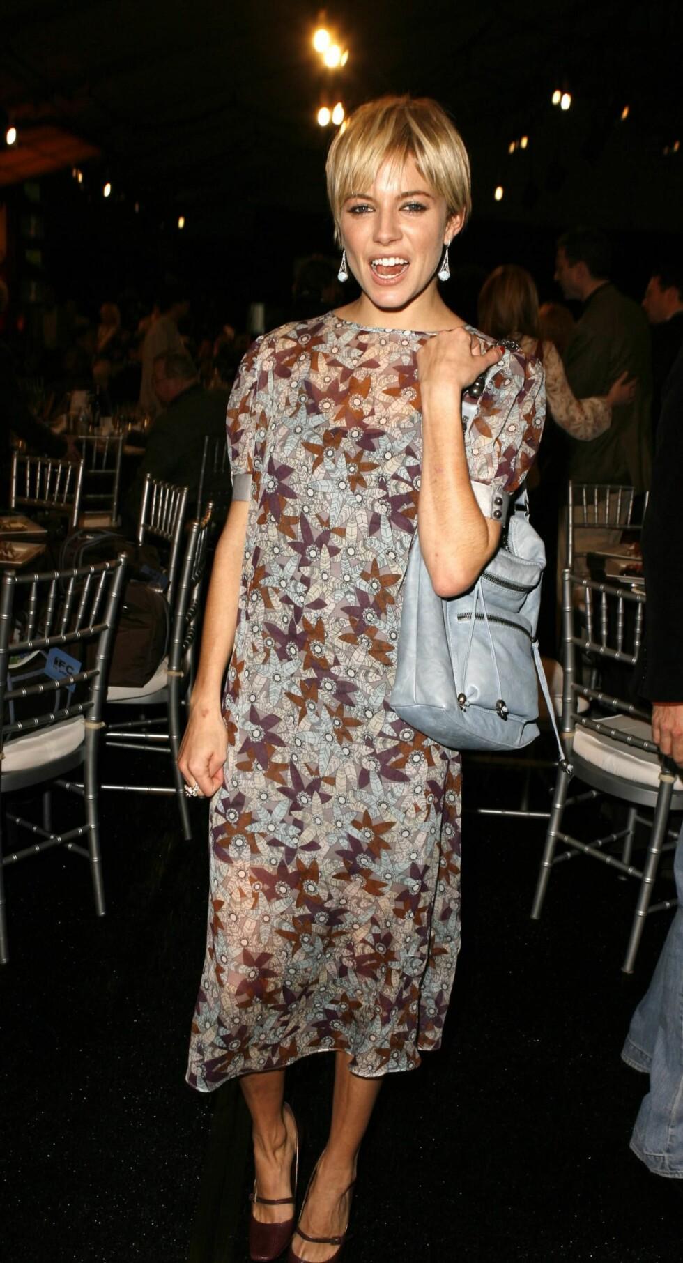 Stilikonet Sienna Miller har på en søt bestemorskjole.