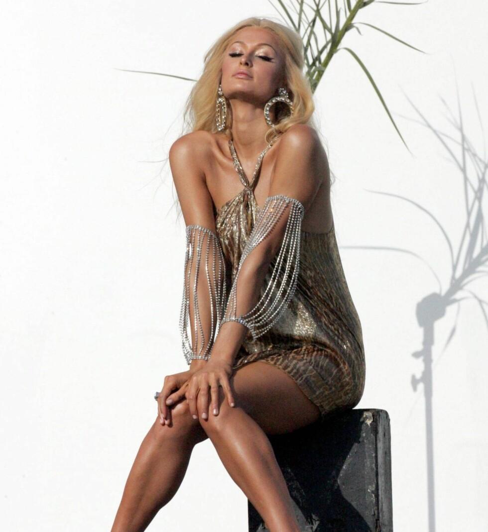 Paris Hilton glitrer i gull.