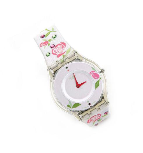 Tidsriktig klokke med strass og blomster (kr 1035, Swatch).