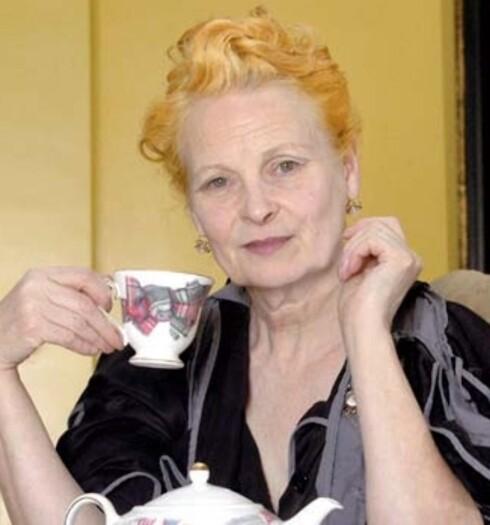 Verdens mest trendy bestemor, Vivenne Westwood, med servise fra egen kolleksjon.