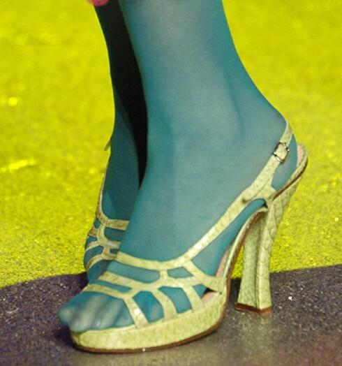 Knallgrønne strømpebukser fra catwalken. John Galliano  sommer 2006.