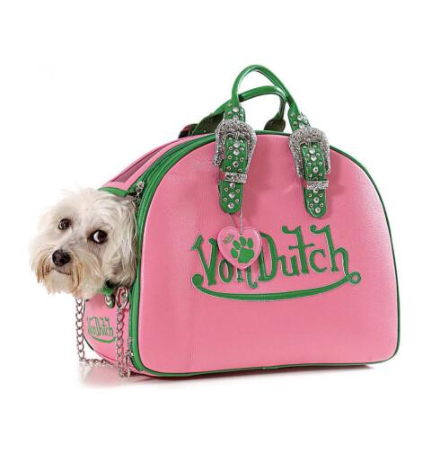 Von Dutch hundeveske med strass på hanker, glidlås med pynt og grønn plysj innvendig (kr 2000, www.petshopgirls.no).