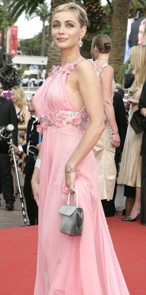 Skuespilleren Emanuelle Beart er vakker i rosa antrekk.