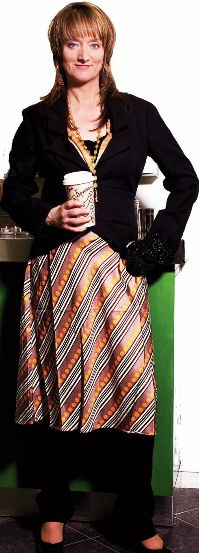 Kjole i retrostil (kr 1700, Stella Nova/Bare den Dama). Svart dress-jakke (kr 500, Vero Moda),  svarte jeans (kr 500, Vero  Moda), oransje smykke (kr 80,  Accessorize), svart håndveske med strass (kr 325,  Accessorize), svarte pumps med kilehæl (kr 800, Feet Me), store øreringer (kr 85, Accessorize).
