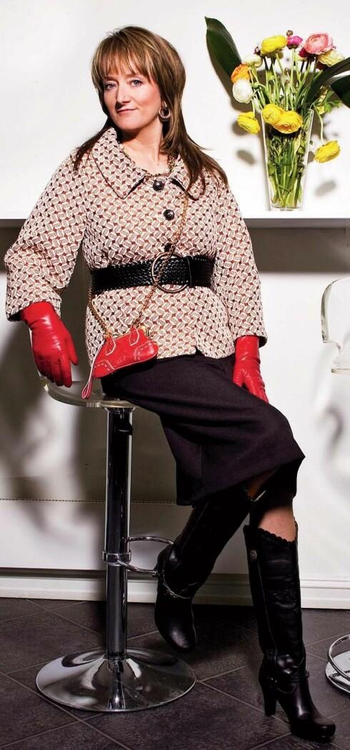 A-formet jakke med 60-tallsruter (kr  3000, Stella  Nova/Bare Den Dama). Svart belte i livet (kr 200, Vero  Moda), røde skinnhansker (kr 500, Den Dama Hassan), liten rød skinnveske med gullkjetting (kr 4000,   D&G/Soul). Klassisk svart skjørt (kr 400, Vero  Moda), svarte støvletter med cowboydetaljer (kr 1600,  Fornarina), gulløreringer (kr 40, Glitter), grønt smykke (kr 120, Accessorize).