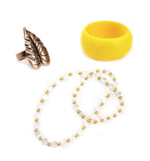 Ring med morsomme detaljer (kr 110, A&C). Gult armbånd i plast (kr 40, Accessorize). Ekstra langt halskjede med krystaller (kr 365, Mexx).
