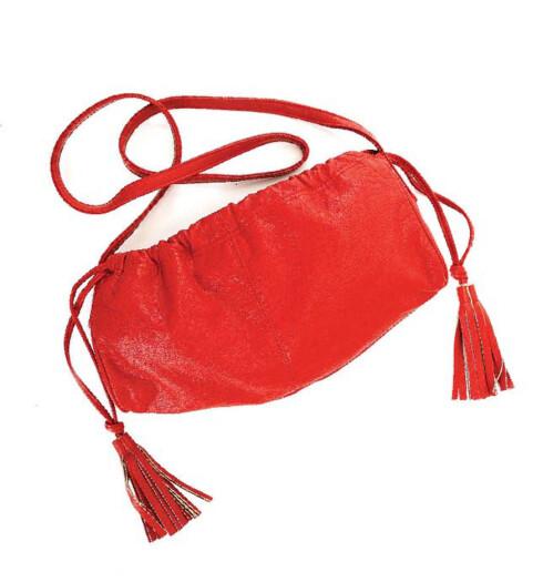 Rød veske med dusker på sidene er perfekt for å gi et litt nøytralt antrekk det lille ekstra (kr 225, Accessorize).