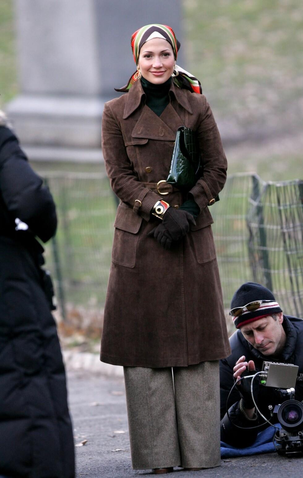 Popsanger og skuespiller Jennifer Lopez  i en trench-variant av semsket lær. Alt er lov, som man sier..