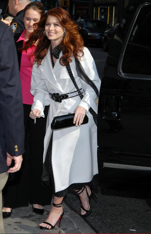 Skuespilleren Debra Messing fra tv-serien Will & Grace i hvit trenchcoat fra Fendi.