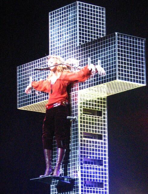 Madonna lot seg korsfeste på scenen. Det har provosert mange.