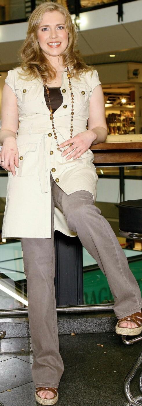 Nett kakikjole med belte (kr 600, Millennium) over brun topp  (kr 180) og vaskede, brune jeans (kr 500, begge fra Amazing).Langt kjede (kr 100, Popin)og sko med brune remmer(kr 400, Euro Sko).