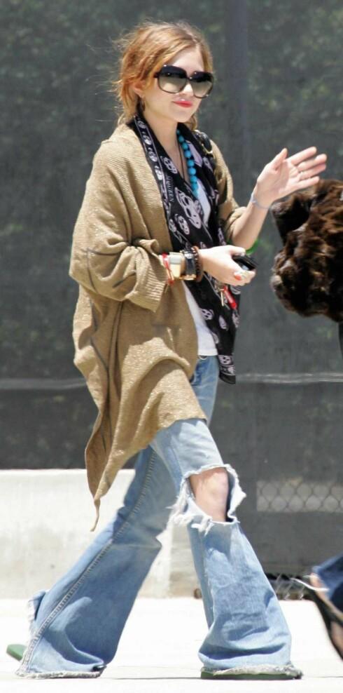 Den ene knøttlille Olsen-tvillingen Mary-Kate er hippie i altfor store jeans.